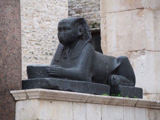 Un sphinx rapporté d'Egypte