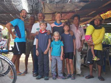 Très bel accueil par les voisins du Wat Lam Mahachat